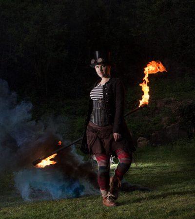 LuxArt Feuershow aus Stuttgart Kostümbeispiel: Artistin Nadine im detailverliebten Steampunkoutfit mit Contactstaff
