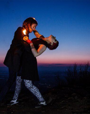 Artisten Duo aus Stuttgart zeigt sinnlichen contemporary Tanz in Duo Feuershow vor Sonnenuntergang vor der Skyline von Freiburg im Breisgau